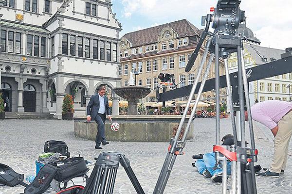 Bürgermeister beim Videodreh - Paderborn ist erstklassig