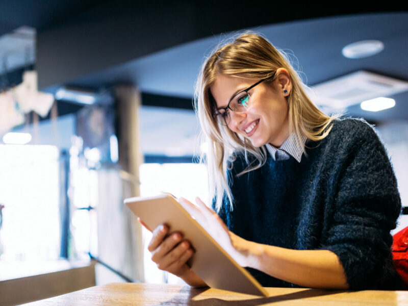 Portrait einer jungen Dame am einem Tablet PC